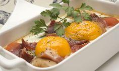 Karlos Arguiñano prepara una receta de huevos al horno con salsa de tomate, espárragos verdes a la plancha, champiñones, tomates cherry y jamón serrano.