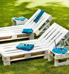 ᐅ Gartenmöbel aus Paletten ᐅ Palettenmöbel Garten Garden chairs made of europallets-white painted in Making Pallet Furniture, Pallet Garden Furniture, Pallet Patio, Outdoor Pallet, Building Furniture, Garden Table, Garden Chairs, Diy Garden, Garden Types
