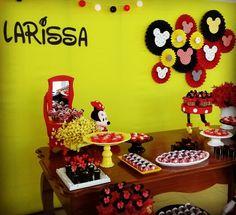 Longe do tradicional vermelho, o painel na cor amarela com rosetas temáticas da Minnie (inspiradas em tantas lindas rosetas que vi por aqui) deixaram essa decoração super alegre, simples e linda. @majofestas