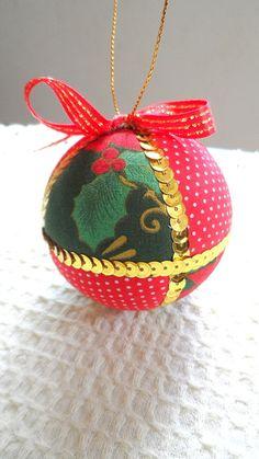 Bolas natalinas, feitas em feltro e tecido. Decoradas com lantejoulas e fitas!  * O valor corresponde à unidade*.  Pode ser feita em outras cores.  Diâmetro: 75 mm R$ 8,00