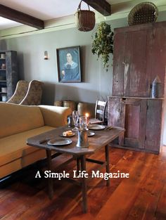 Summer 2015 issue: The NY home of John & Kathleen Copeletti. Primitive Homes, Primitive Living Room, Primitive Furniture, Country Furniture, Country Primitive, Prim Decor, Country Decor, Primitive Decor, Country Living