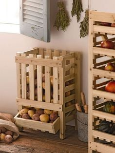 potato bin made from reclaimed wood pallets Potato Storage Bin, Potato Bin, Potato Basket, Vegetable Rack, Fruit And Vegetable Storage, Diy Pallet Projects, Home Projects, Pallet Ideas, Wood Bin