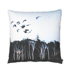 design: by nord motiv: Trees & birds farge: svart, grønn, hvitt, bakside svart ensfarget materiale: lin innmat: dun mål: 60*60cm selges komplett med innmat !
