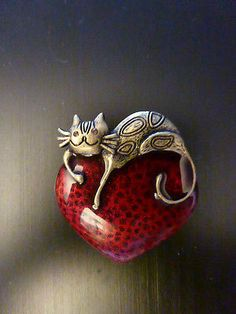 Vintage Red Enamel Heart Brooch Gold Tone Cat Rhinestone Eyes.