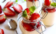 """Pannacotta är en italiensk dessert som betyder """"kokt grädde"""". Den här är smaksatt med persika och vanilj och toppad med jordgubbar och knaprigt havrecrunch."""