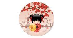 Ilustração do vetor de uma menina oriental bonito em um vestido vermelho do quimono com a faixa preta larga da bruxaria africana que guardara um guarda-chuva de bambu amarelo. O cabelo preto da menina é decorado com flores e os gancho de cabelo vermelhos do estilo da gueixa. Estes trabalhos de arte foram inspirados por bonecas de madeira tradicionais do kokeshi de Japão e influenciados pelo estilo da arte de Chibi Kawaii do japonês. A árvore vermelha de florescência de Sakura e a…