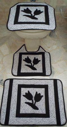 Jogo de Tapetes para banheiro em patchwork, confeccionado em tecido de algodão, com aplicações em tecido caseadas a mão, acolchoado com manta acrílica, forro em tecido de algodão, acabamento em viés.