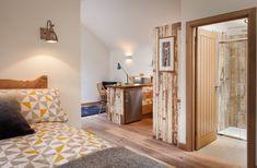 El Birdhouse casa del árbol, una pequeña cabaña de madera en un claro del bosque.  Tiene una planta abierta con un espacio de dormitorio semi-independiente.  |  www.facebook.com/SmallHouseBliss
