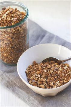 Homemade Granola | Breakfast | Peanut Butter | Roasted Peanuts | Chocolate / Selbstgemachtes Knuspermüsli | Müsli der Woche | Frühstück | Erdnuss-Crunch-Granola mit Schokolade