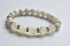 elegancka bransoletka na każdą okazję w odcieniach bieli, agat larimar crazy lace i kamień księżycowy w AnkArtJewelry na Etsy Gemstone Beads, Agate, Glow, Beaded Bracelets, Gemstones, Pearls, Etsy, Jewelry, Month Gemstones