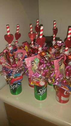 Soda Can Boquets Regalos creativos Candy Boquets, Candy Bouquet Diy, Lollipop Bouquet, Candy Wreath, Valentine Baskets, Easy Valentine Crafts, Valentines Day Party, Valentine Decorations, Valentine Gifts