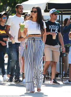 Kourtney Kardashian flashes her black lace bra in sexy cropped top Estilo Kardashian, Kourtney Kardashian, Kardashian Style, Mom Outfits, Classy Outfits, Chic Outfits, Fashion Outfits, Beach Outfits, Simple Outfits