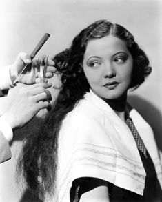 Sylvia sidney Bobs Her Hair—Sylvia, who has worn long hair on stage and screen throughout her entire career, today joined the ranks of the bobbed-haired. She was the last Paramount leading woman with long tresses. Old Hollywood Movies, Vintage Hollywood, Hollywood Actresses, Classic Hollywood, Vintage Hairstyles For Long Hair, Bob Hairstyles, Sylvia Sidney, First Haircut, Great Haircuts