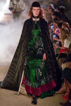 Gucci Resort 2019 Fashion Show Collection: See the complete Gucci Resort 2019 collection. Look 60 Vogue Paris, Fashion Week, Runway Fashion, Moda Hippie, Gucci Spring, Vogue Russia, Fashion Show Collection, Winter Collection, Fashion History