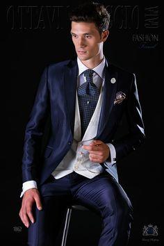Traje de novio italiano azul con solapa de pico, vivos de raso y un botón fantasía en tejido mixto lana. Traje de novio 1862 Colección Fashion Formal Ottavio Nuccio Gala.