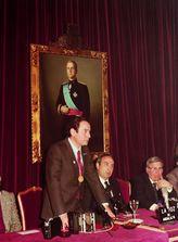 Diego Romero Marín en el discurso de toma de posesión como presidente, junto al Gobernador Civil, F. J. Ansuátegui y el diputado provincial del PSOE-A Matías Camacho.