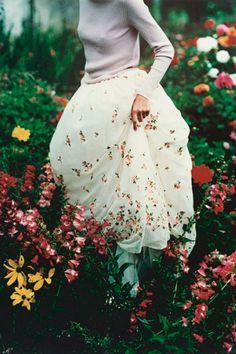 Floral Skirt by Tim Walker for Vogue UK December 1997 Tim Walker, Vogue Editorial, Editorial Fashion, Vogue Vintage, Fashion Vintage, Édito Vogue, Moda Fashion, Fashion Tips, High Fashion