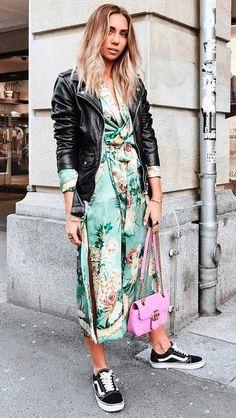 Combinar cores também é uma boa pedida, o vestido estampado fica ainda mais fun com a bolsa vibrante.