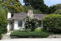 Stucco California style bungalow with an excellent fantasy roof. California Bungalow, California Style, Stucco Colors, Courtyard Pool, Stucco Homes, Cottage Exterior, White Houses, Small Houses, Craftsman Bungalows