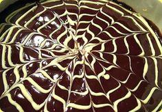 Torta soffice al cioccolato e caffè.   Ingredienti:  Per la pasta biscotto: 3 uova 1 cucchiaio di caffe macinato 100 g di zucchero 100 g di farina 00  Per la farcia: 3 tuorli 80 g di zucchero di canna 1 cucchiaio di liquore all'amaretto 70 g di caffe 40 g di latte 4 fogli di colla di pesce 150 g di panna montata 150 g di mascarpone  Per la copertura: 150 g di cioccolato fondente 150 g di panna liquida 70 g di cioccolato bianco
