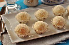 ICioccolatini al cioccolato bianco e cocco sono dei facilissimi dolcetti realizzabili con soli tre ingredienti. Perfetti per il periodo natalizio ma anche tutto l'anno per sfiziosità dolci