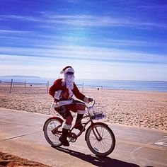 …then this Santa cruising the boardwalk on a bike will. | 17 Photos Of A Christmas In California That Will Make You Incredibly Jealous