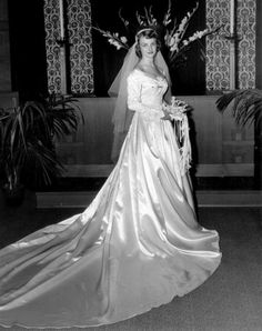 Shirley Anne Smith married Carl Fred Droege Jr. in November 1953. (Halle Studio)