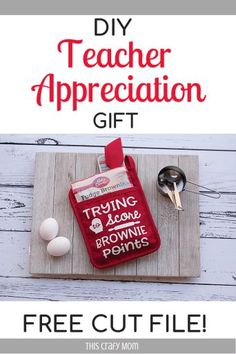 Look for a DIY teacher appreciation gift? Check out these super cute teacher oven mitts! Four adorable free SVGs included! They make the perfect teacher appreciation gift! Teacher Appreciation Gifts, Teacher Gifts, Cute Crafts, Diy Crafts, Thing 1, Gift Guide, Pot Holders, Mom, Oven