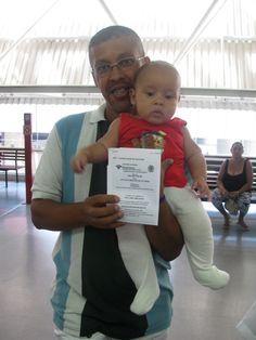 Erlam de Oliveira já está pensando no futuro de seu filho. Ele levou o pequeno Arthur, de apenas 4 meses, para tirar a Carteira de Identidade no Poupatempo Itaquera.  A documentação será usada para abrir uma conta bancária para o filho.
