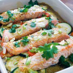 Ovnsbakt laks med grønnsaker i currysaus - Salmon Recipes, Fish Recipes, Seafood Recipes, Healthy Recipes, Y Food, Food Porn, Food And Drink, Norwegian Food, Scandinavian Food