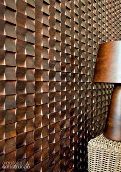 Próprio para forrar paredes e compor painéis, o mosaico de madeira teca no padrão Diagonal Regular tem pastilhas de 5 x 5 cm que vêm em placas de 30 x 30 cm. Da Oca Brasil, R$ 425 o m²