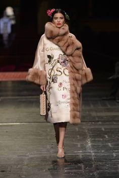 La moda sale sul palco del Teatro alla Scala di Milano. E sono applausi a scena aperta per Dolce & Gabbana Alta Moda. Tutti in Piedi. Cinque minuti di ovazioni