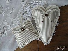 Srdíčko s háčkovanou krajkou a dekorační polštářek