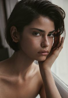 A Subtle Take on Chunky Highlights - 20 Edgy Ways to Jazz Up Your Short Hair with Highlights - The Trending Hairstyle Girl Short Hair, Short Hair Cuts, Pixie Cuts, Short Pixie, Shot Hair Styles, Curly Hair Styles, Cut My Hair, New Hair, Hair Inspo