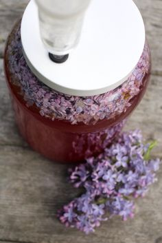 The smell of fresh lilacs is irresistible in the springtime, and homemade lilac wine captures Alcohol Drink Recipes, Wine Recipes, Blueberry Water, Peach Wine, Wine Yeast, Dandelion Wine, Homemade Wine, Flower Food, Edible Flowers