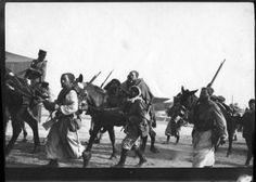Jean Garat, né à Aïcirits, affecté au 1er régiment de zouaves. Photo : Dar el Cadi (Maroc), retour de troupes lors d'opérations militaires de 1912 à 1913. Jeans, Horses, Animals, Military Men, Morocco, Animales, Animaux, Animal, Animais