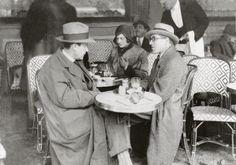Jean et Joël Martel en 1935. Devant un bistrot typiquement parisien, deux maîtres de la révolution cubiste discutent. Jan et Joël Martel sont deux sculpteurs emblématiques de l'époque, connus pour leur travail inspirés d'animaux et de religion.