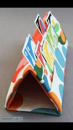 Was für eine tolle Idee, um mit Kindern Karten spielen zu können. Sie schaffen es mit ihrem kleinen Händen oft nicht, die Karten in der Hand zu behalten...