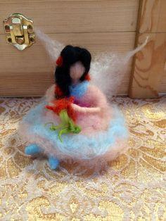 Piccola fatina o elfa in miniatura , Fior di pesco! In stile waldorf! In lana fiaba e cardata.Su ordinazione.