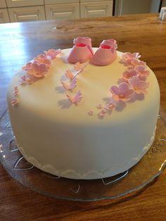 Herkkusuita ja pitsiunelmia: Hempeä kakku tytölle