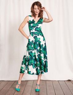 Need something for your next big occasion? This dress is just the ticket. The midi-length style keeps things formal, while the full skirt with handy pockets adds a fun element – because you're never too old to twirl. The back detail and statement print give it a striking finishing touch.