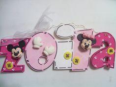 Nombre con detalles de pasta francesa con el tema de Minnie y Mickey Mouse