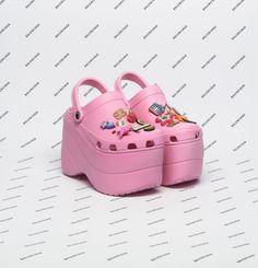 Nineties nostalgia: come la moda ricicla un decennio. Leggi l'articolo su Thy Magazine!   Foto: Demna Gvasalia per Balenciaga #fashion #moda #crocs #pink #shoes #scarpe