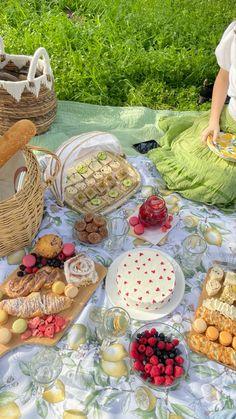 Picnic Date Food, Picnic Table, Beach Picnic Foods, Cute Food, Yummy Food, Comida Picnic, Plats Healthy, Picnic Birthday, Birthday Gifts
