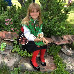 Lunchpaus i skuggan för järnakullan! #norrgårdssälen #fäbodvall #midsommar #järnadräkt #dalarna #venjan #tradition Barn, Photo And Video, Videos, Image, Instagram, Converted Barn, Barns, Sheds