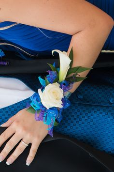 Prom corsage for royal blue dress. White calla lily and single white rose with w… Prom corsage for royal blue dress. White calla lily and single white rose with wire accents and purple, teal, and royal ribbon. Blue Corsage, Prom Corsage And Boutonniere, Blue Bouquet, Corsage Wedding, Flower Corsage, Wrist Corsage, Corsages, Homecoming Flowers, Homecoming Corsage
