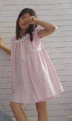 Pincha para ampliar Flower Girl Dresses Boho, Little Girl Dresses, Girls Dresses, Kids Outfits Girls, Girl Outfits, Pyjamas, Kids Dress Collection, Mood Designer Fabrics, Boys Wearing Skirts