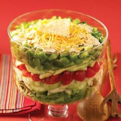 Mexican Layered Salad Recipe for a healthy alternative to the heavier Mexican dishes. Mexican Dishes, Mexican Food Recipes, Great Recipes, Favorite Recipes, Cooking Recipes, Healthy Recipes, Soup And Salad, Street Food, Kale
