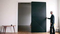 El artista austríaco Klemens Torggler reinventa la puerta con dos cuadrados rotatorios. http://ceslava.com/blog/reinventando-la-puerta/