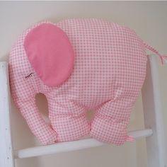 Linda almofada de elefantinho para enfeitar o quarto do bebe.